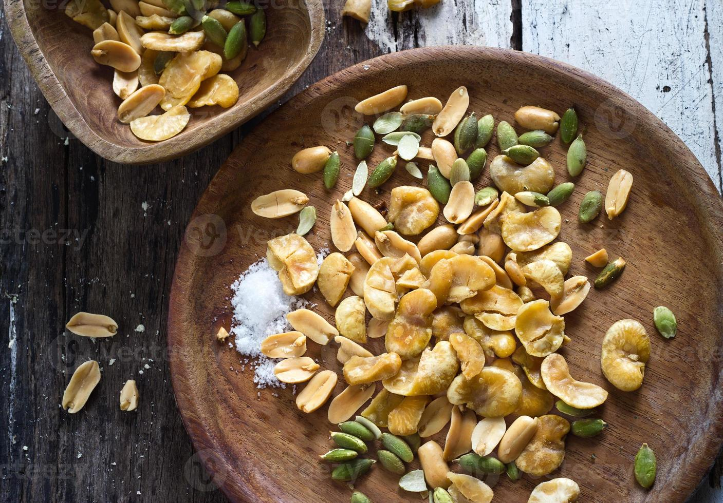 collation de haricots grillés et salée sur un bol en bois photo