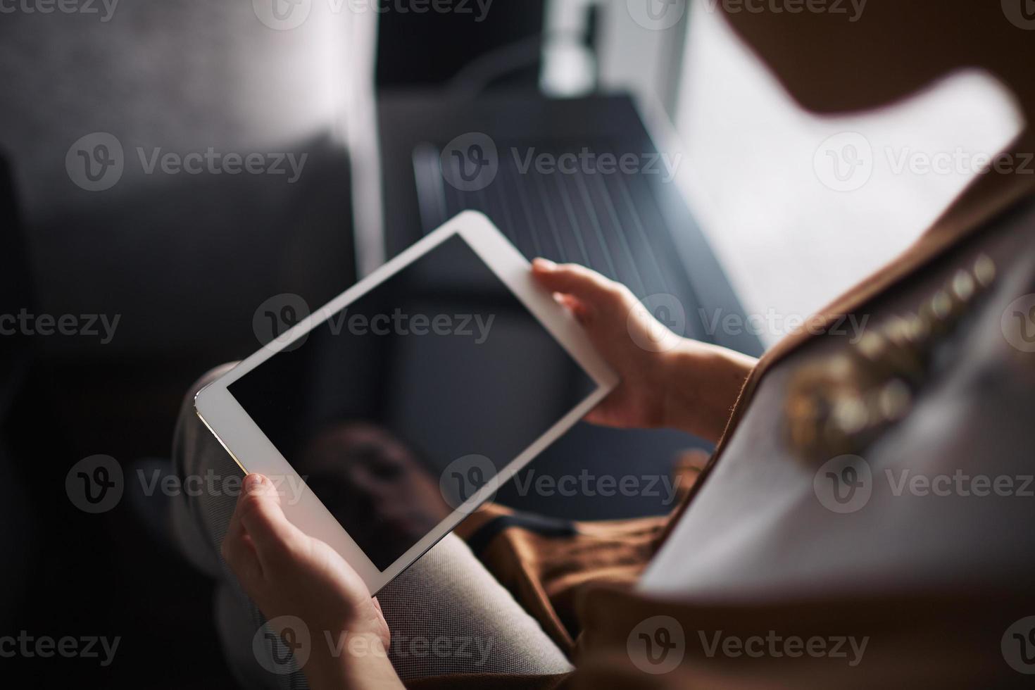 femme avec pavé tactile photo