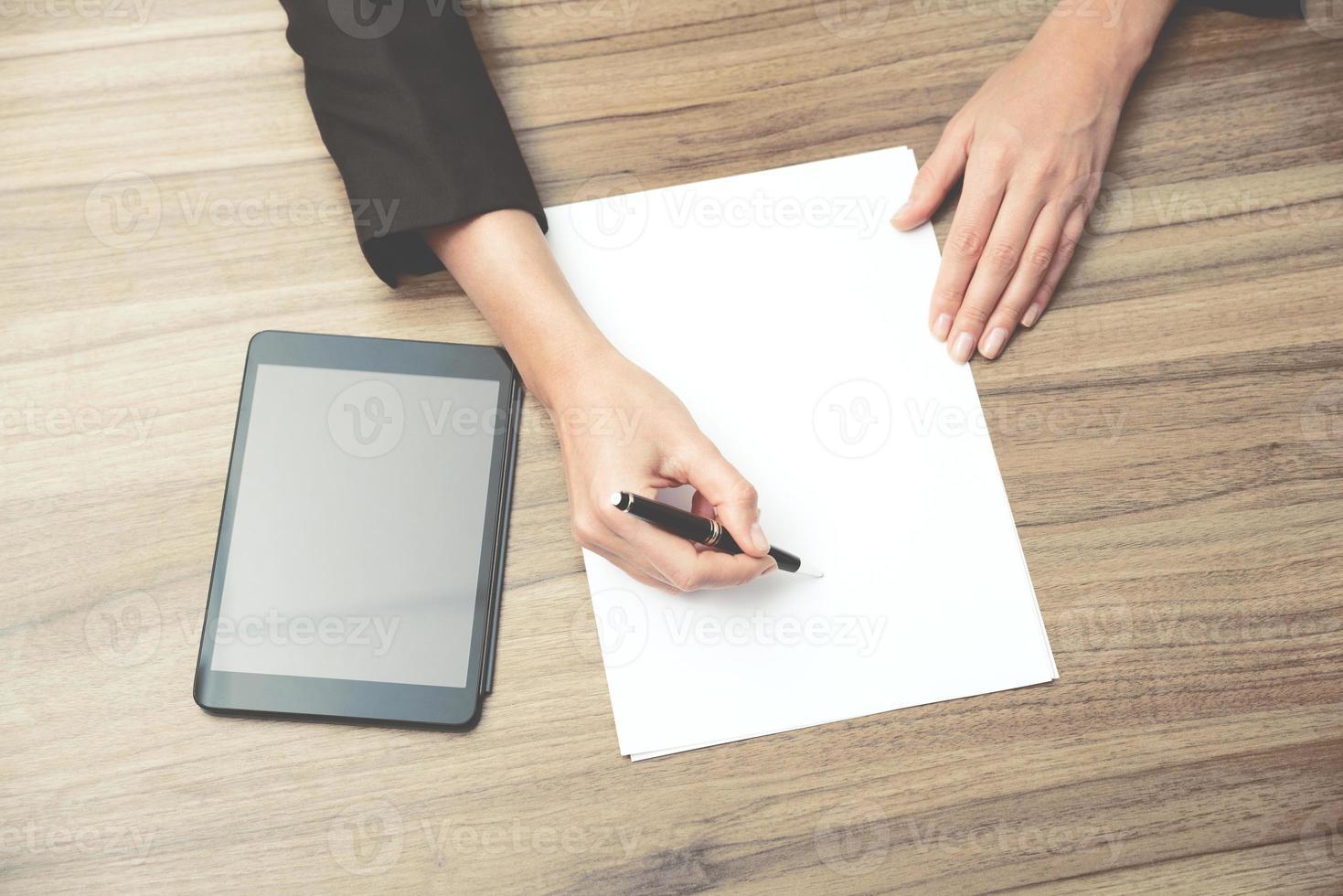 mains de femme d'affaires tout en écrivant certaines informations essentielles photo
