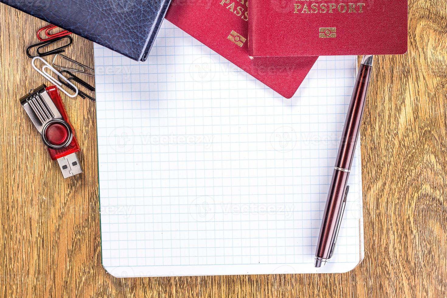 cahier ouvert sur une page blanche sur fond de bureau en bois photo