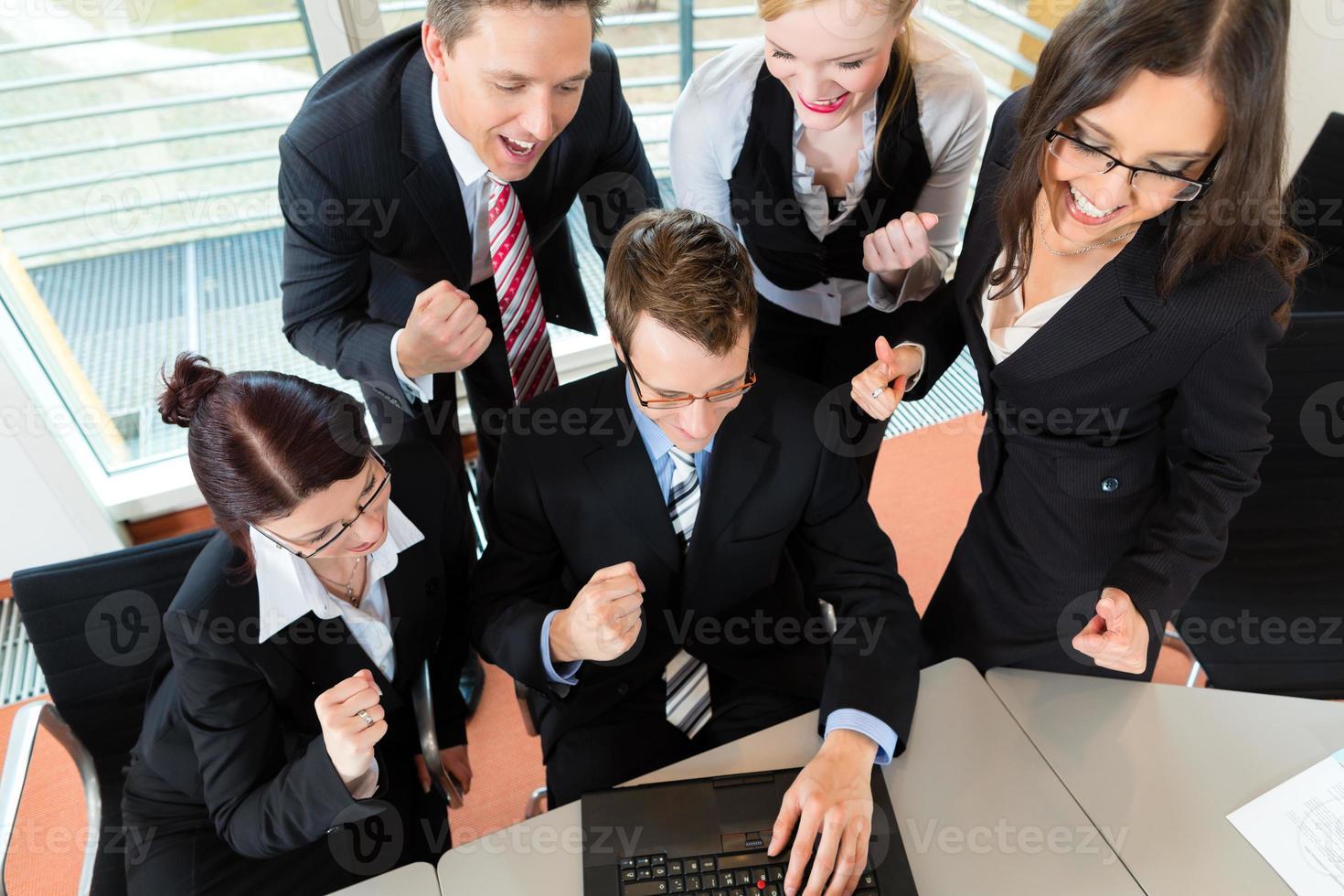 affaires - les gens d'affaires ont une réunion d'équipe dans un bureau photo