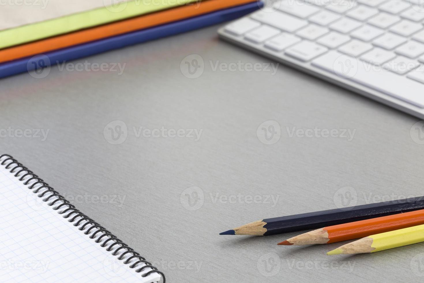 Bureau de travail sur table en bois gris photo