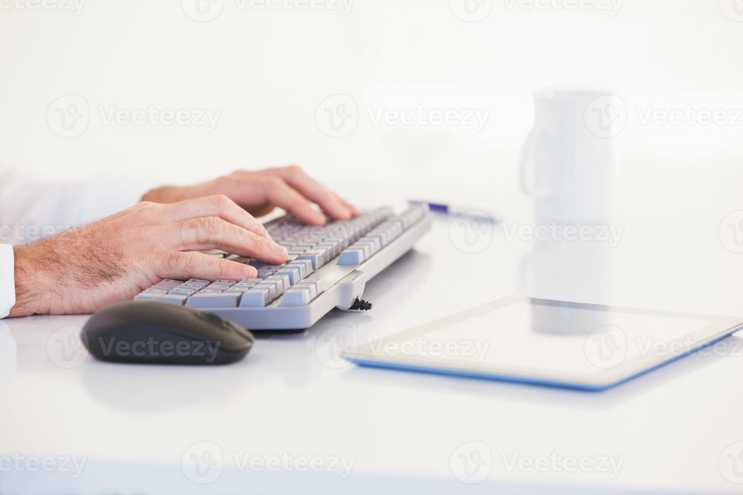 homme d'affaires mains tapant sur le clavier photo