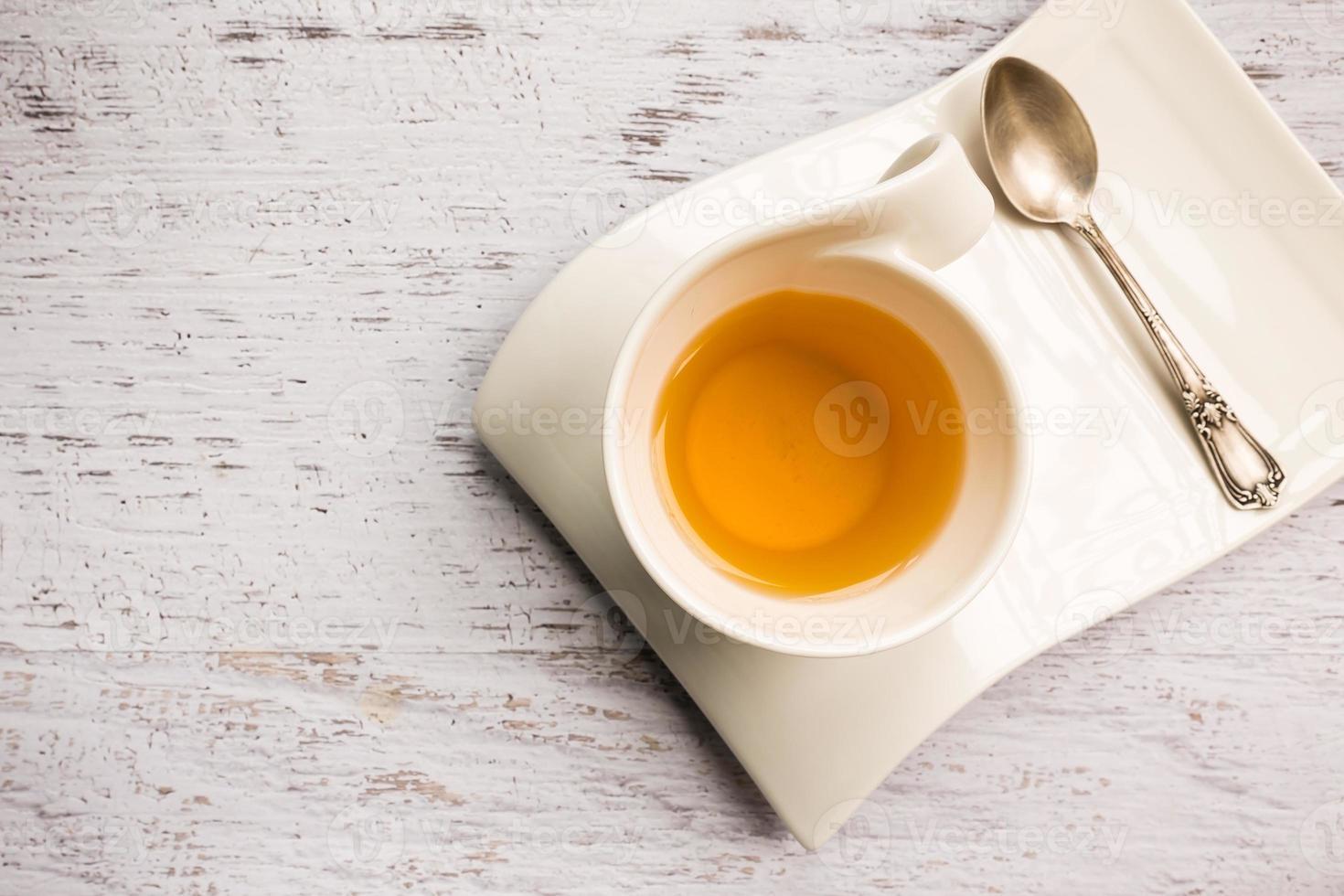 Gros plan d'une tasse de thé sur fond blanc photo