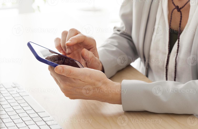 femme qui travaille au bureau photo