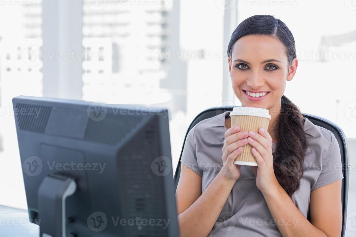 heureux, séduisant, femme affaires, avoir café photo