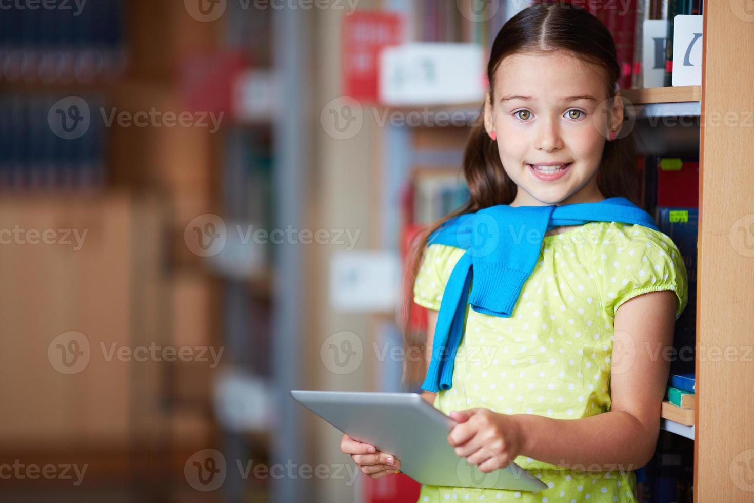fille avec pavé tactile photo