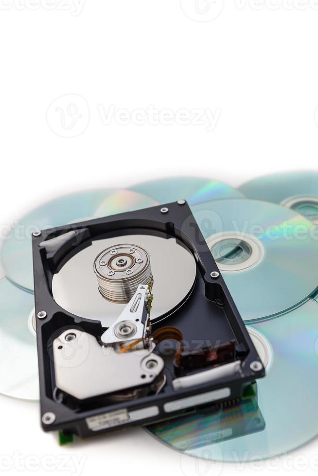 disques durs sur pile de disques avec fond blanc. photo
