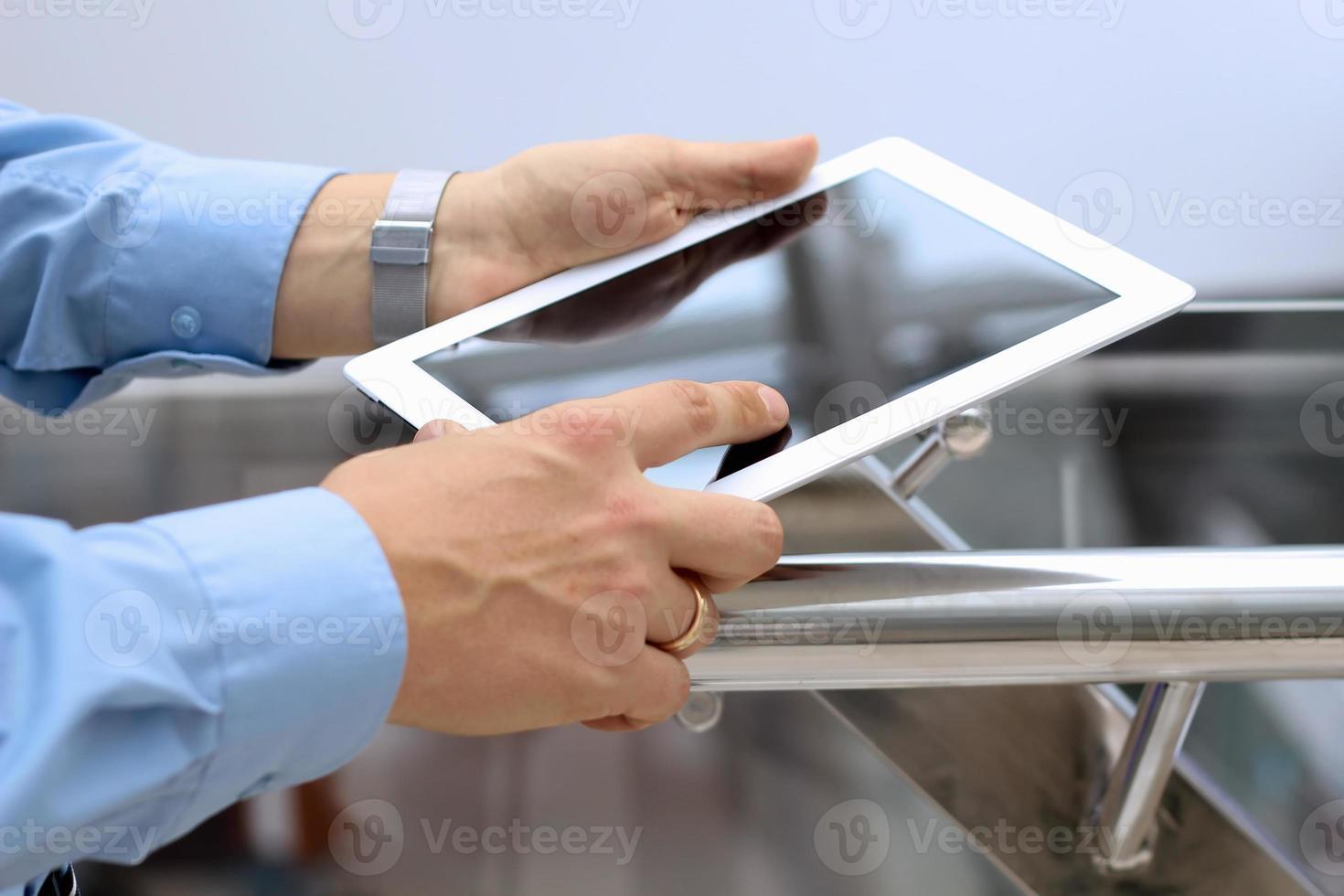 homme d'affaires détenant et en utilisant la tablette numérique. photo