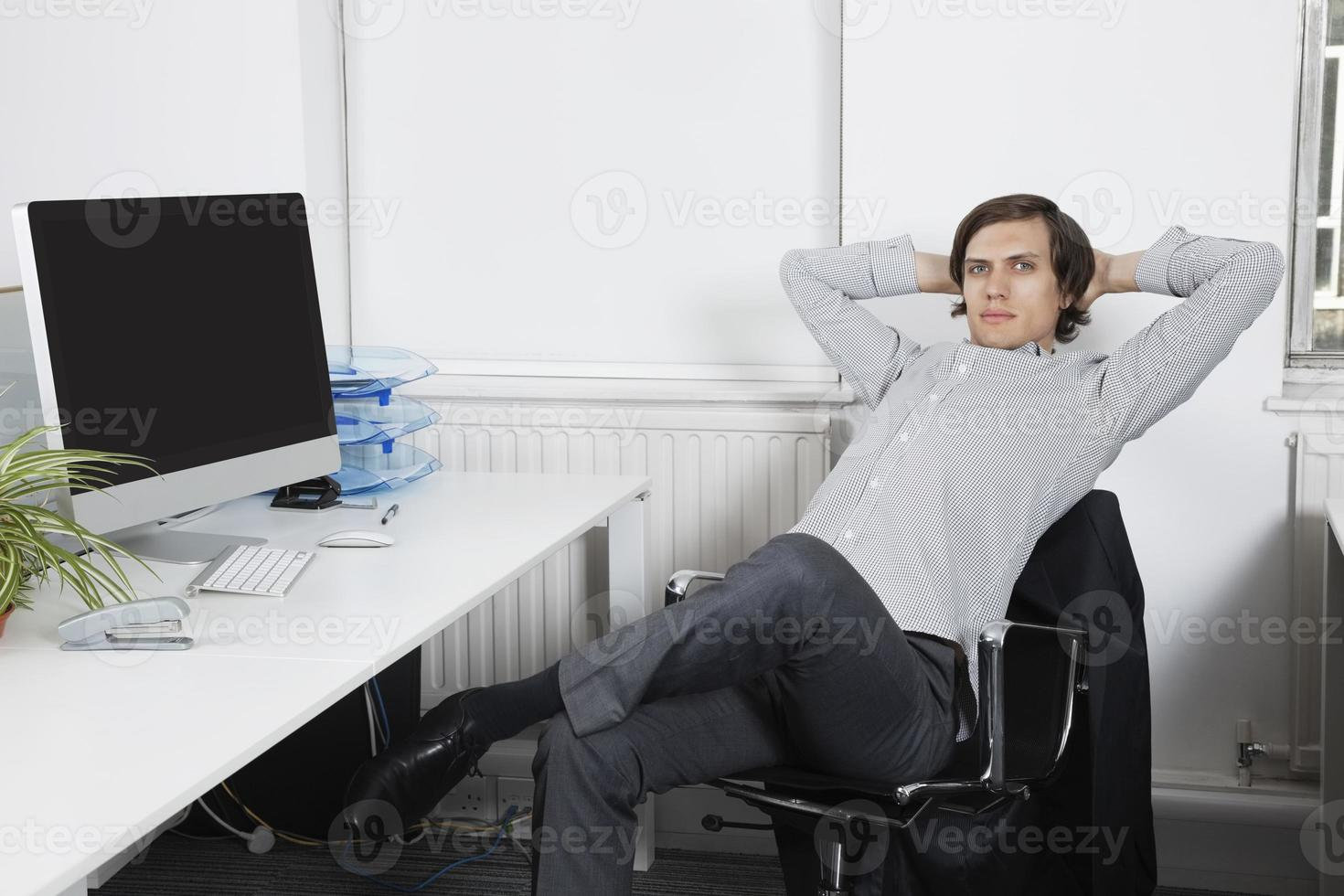 jeune entreprise au bureau photo