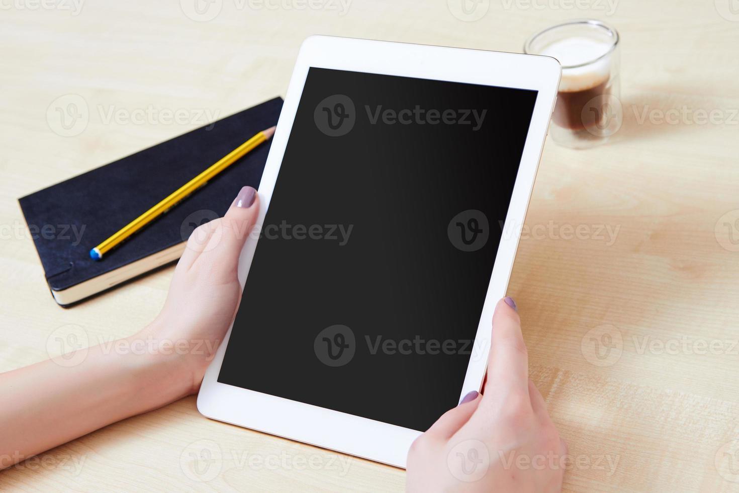 personne de bureau tenant une tablette numérique photo