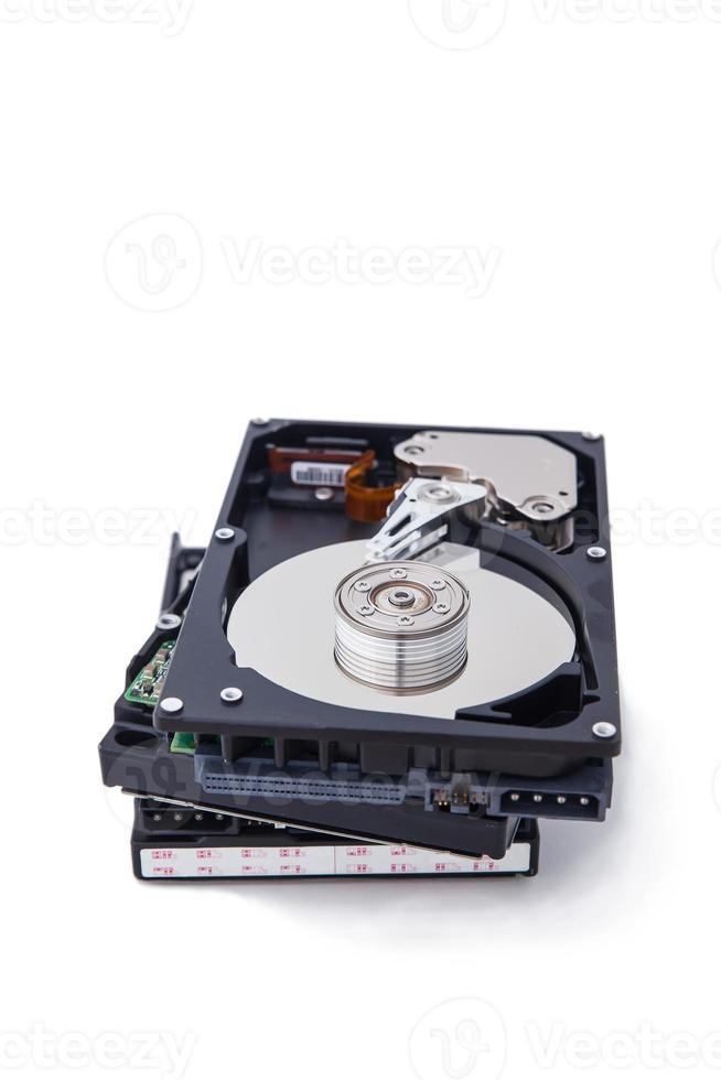 isoler les disques durs empilés sur fond blanc. photo