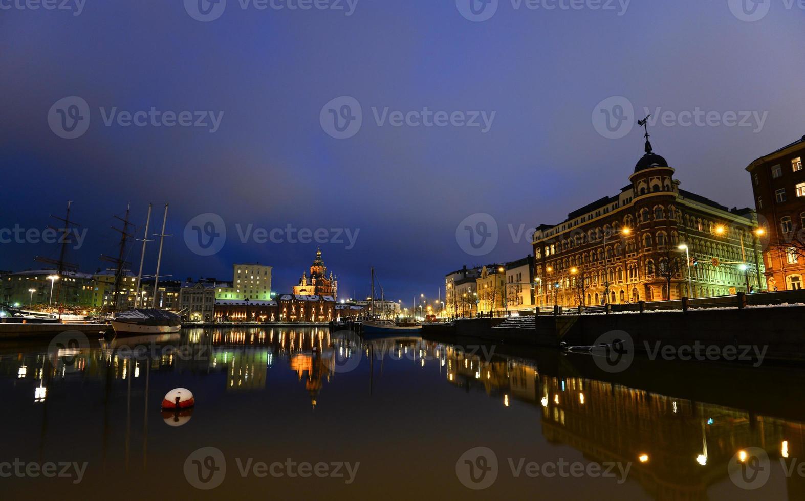vue de nuit de helsinki photo