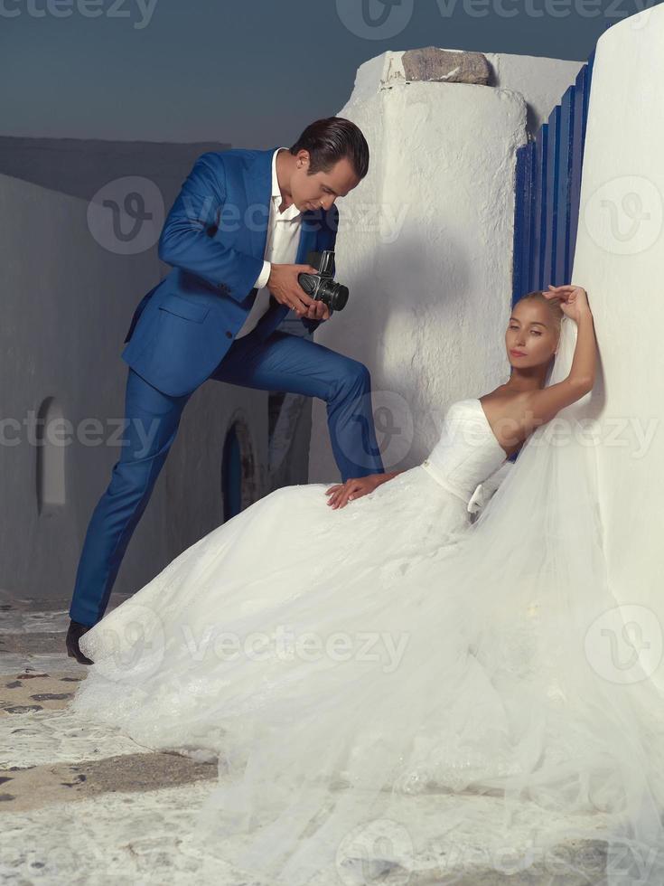 le marié prend une photo de la mariée