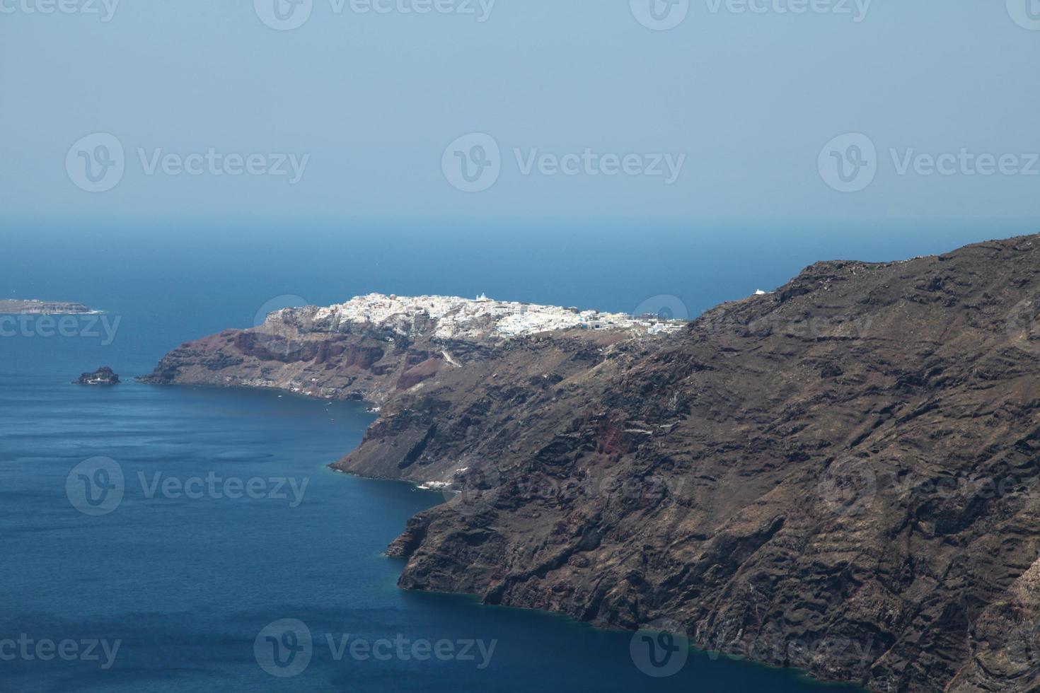 Oia sur l'île de Santorin dans les Cyclades photo