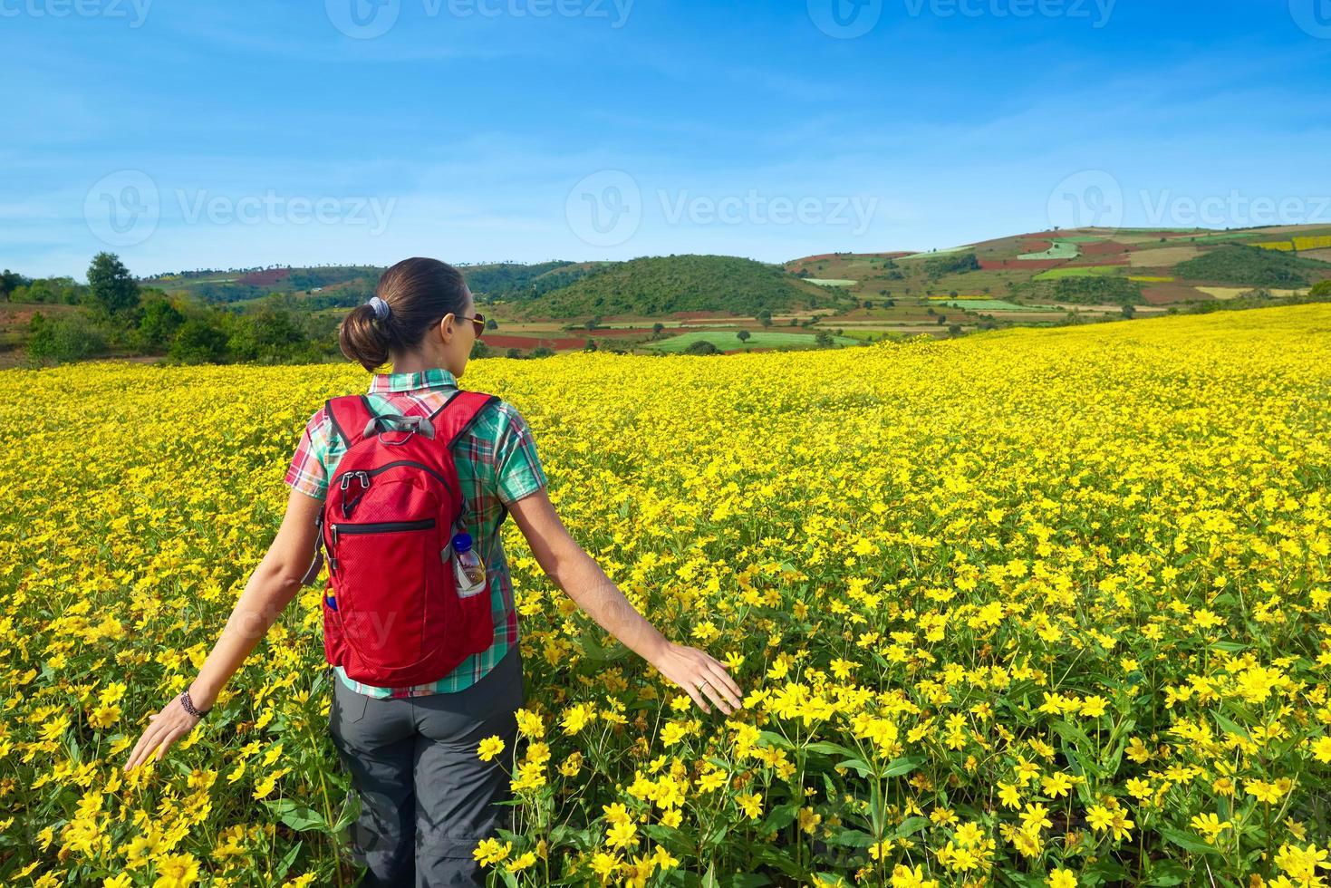 jeune femme touriste se promène sur le fond des champs colorés. photo