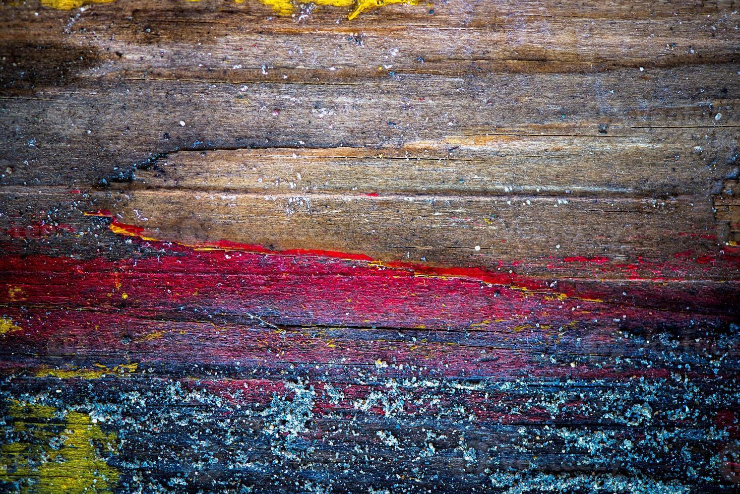 vieux mur en bois peint avec du sable dessus photo