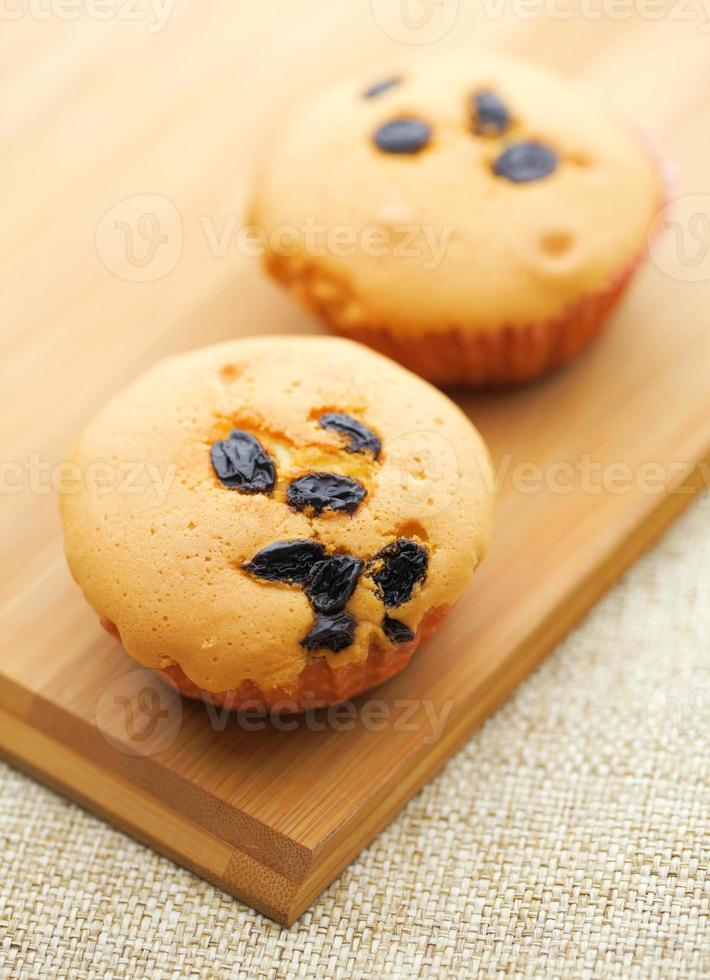petit cupcake sur plaque de bois photo