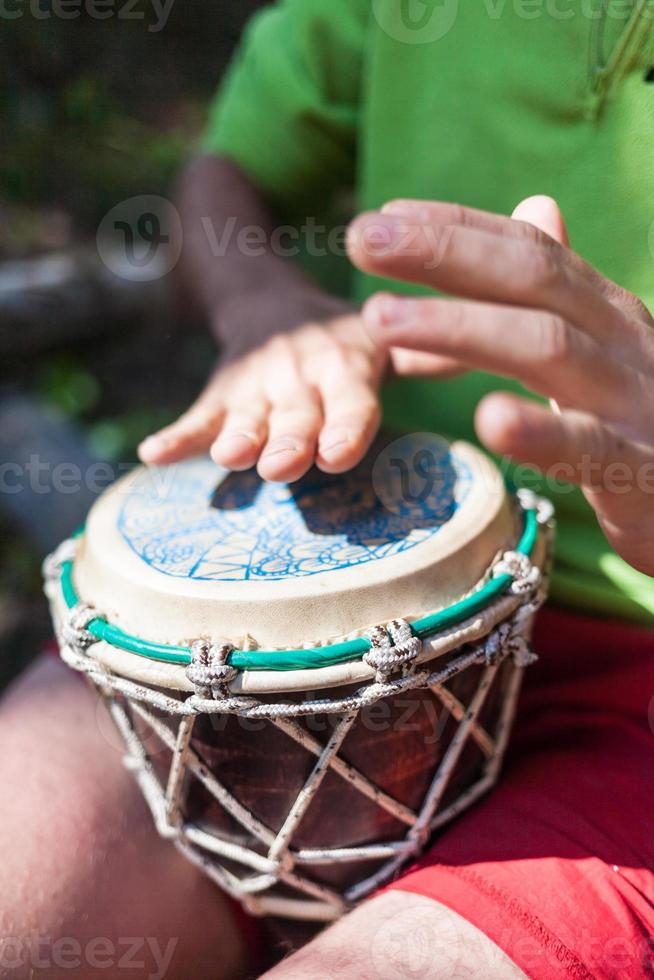 homme jouant du tambour à main dans la nature photo