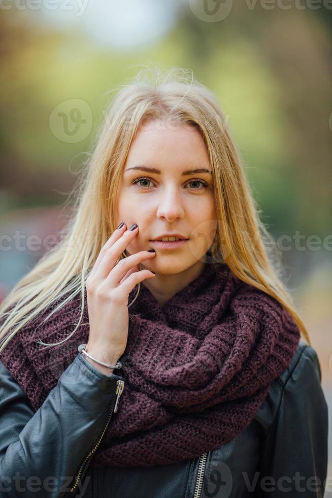 jeune femme avec des feuilles d'automne sur la tête. photo