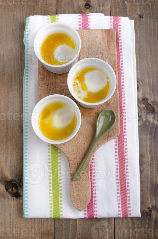 oeufs biologiques cuits au four avec du beurre photo