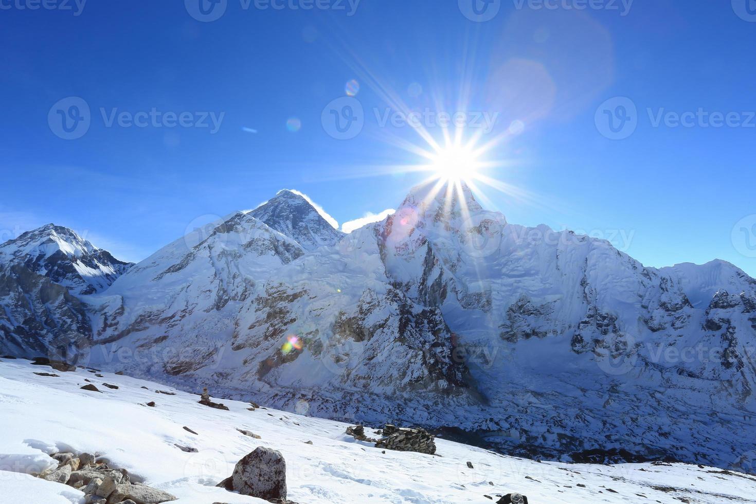fusée éclairante sur le sommet nuptse à côté de l'Everest photo