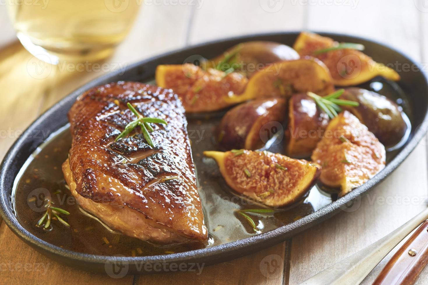 magret de canard rôti aux figues et romarin photo