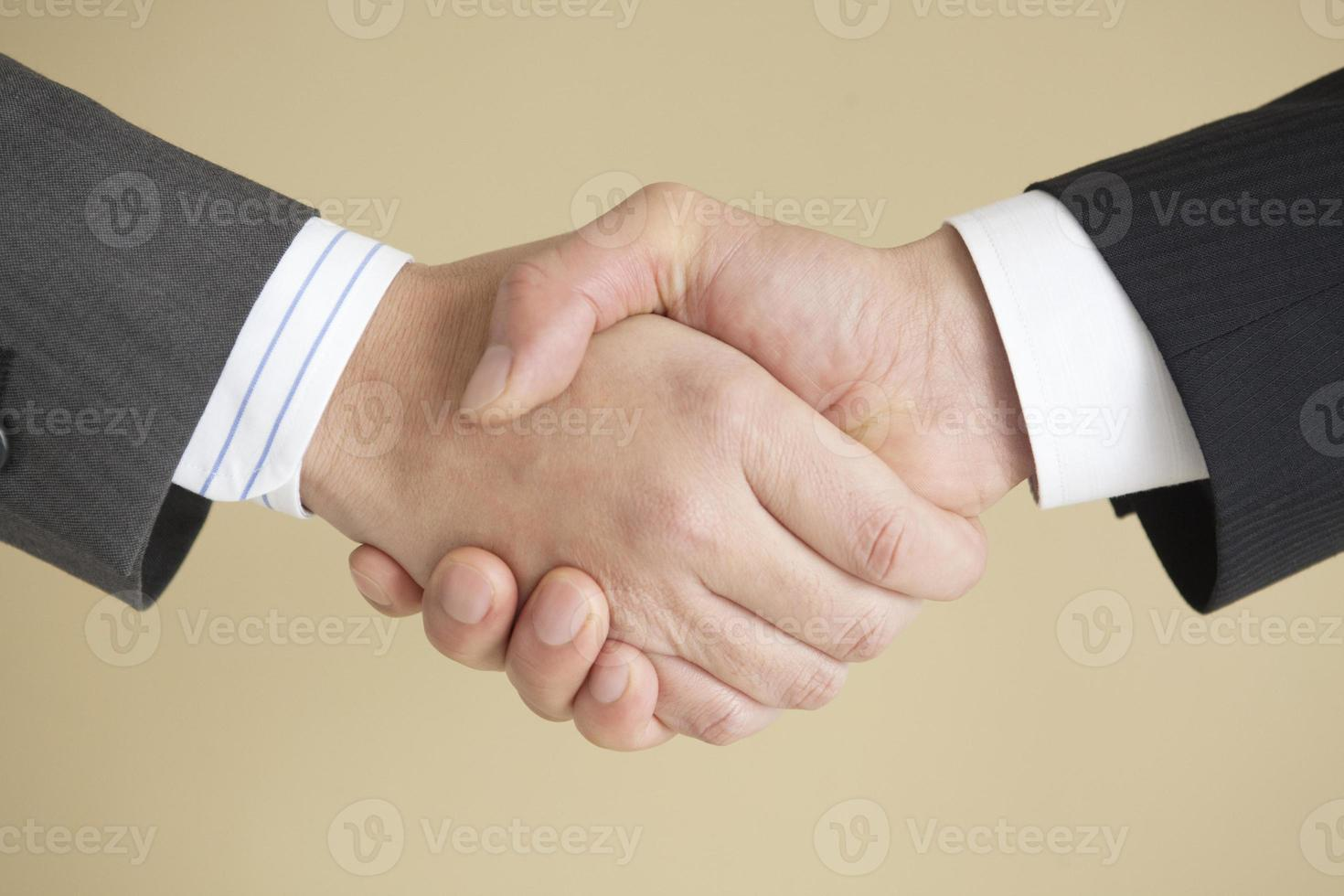 la poignée de main à l'homme d'affaires photo