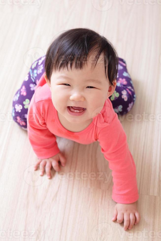bébé fille rampant sourire photo