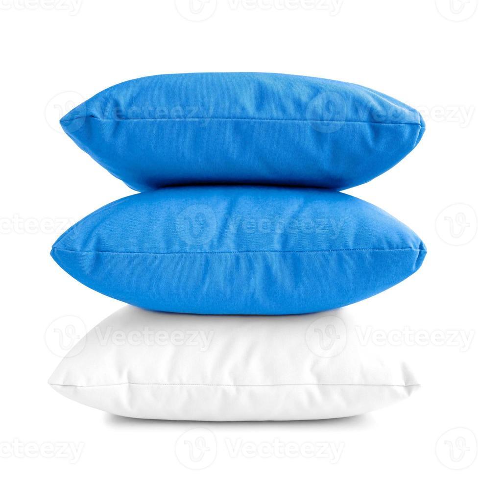 pile de trois coussins ou oreillers isolé sur fond blanc photo