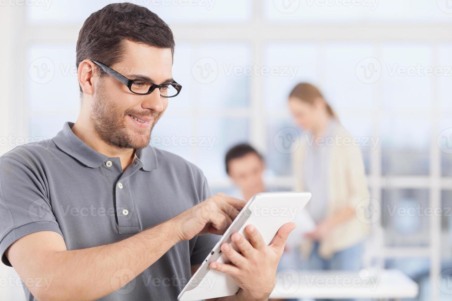 homme avec tablette numérique. photo