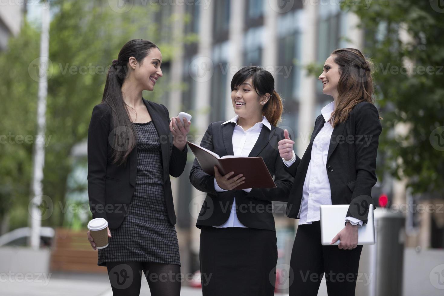 trois femmes d'affaires parler à l'extérieur. photo