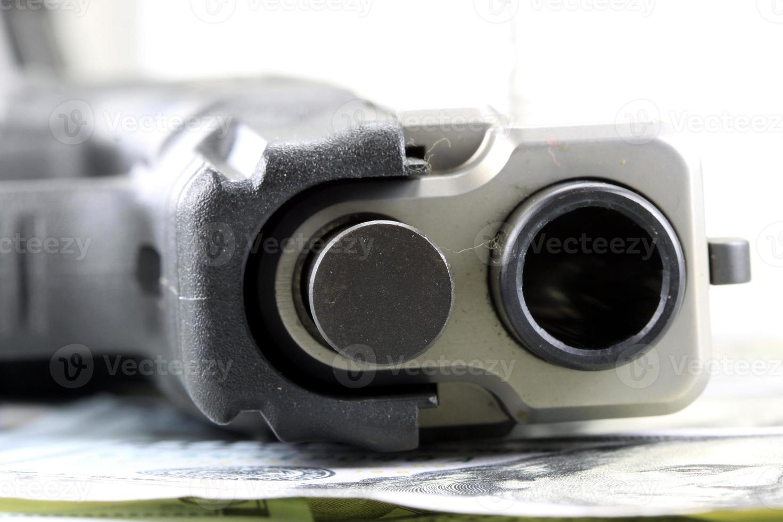 armes et argent concept de sécurité financière photo