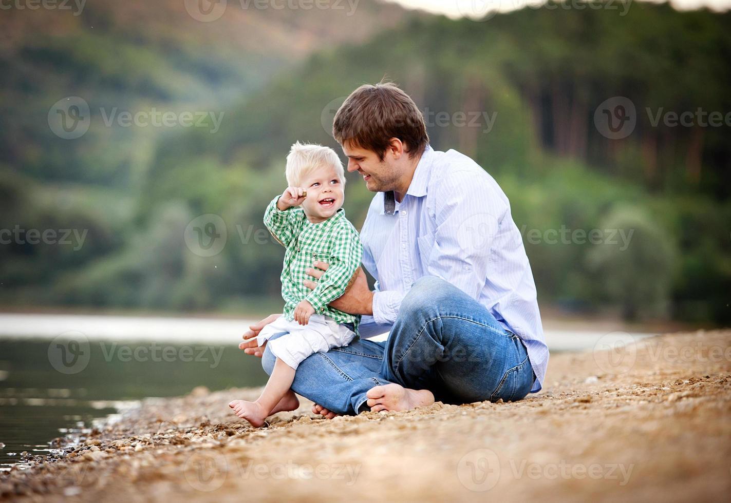 père et fils au bord du lac photo