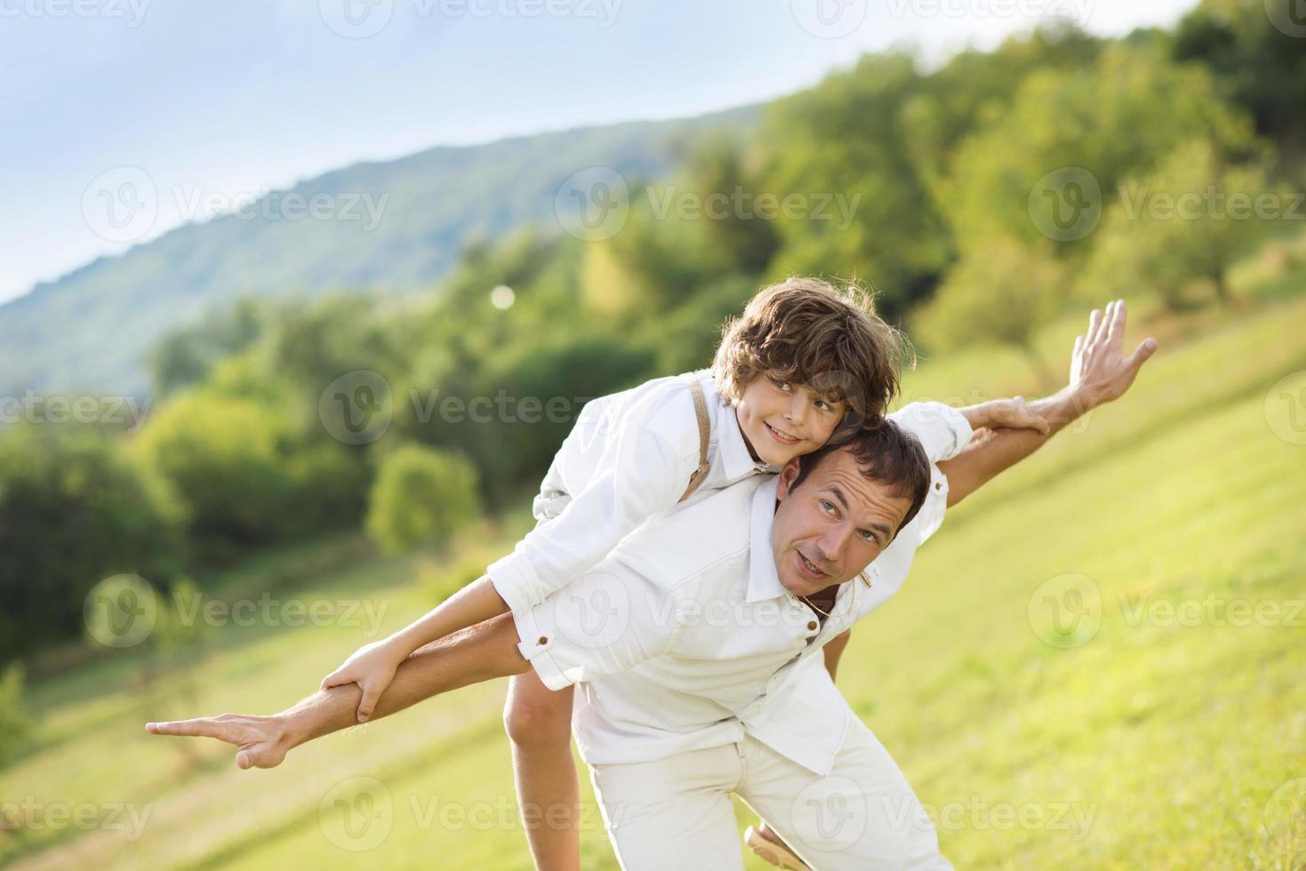 père et fils jouant photo