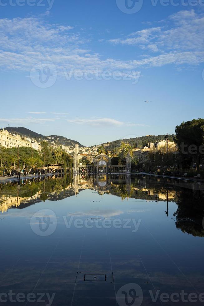 reflet de l'eau sur la promenade du paillon, nice, cote d'azur, photo