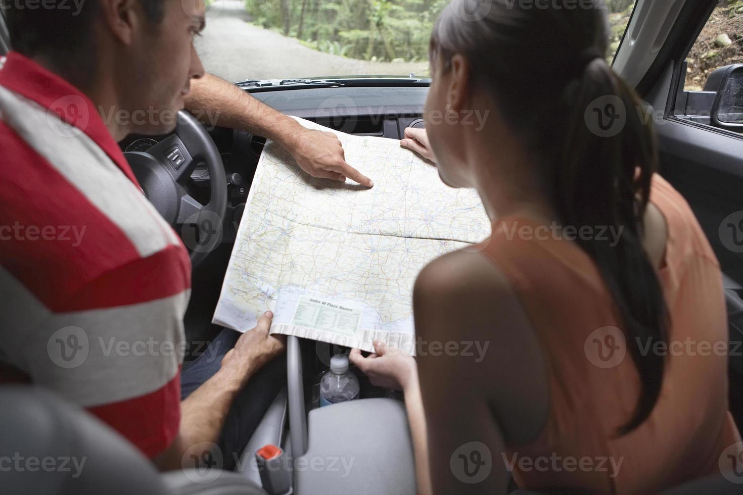 couple avec carte en voiture photo