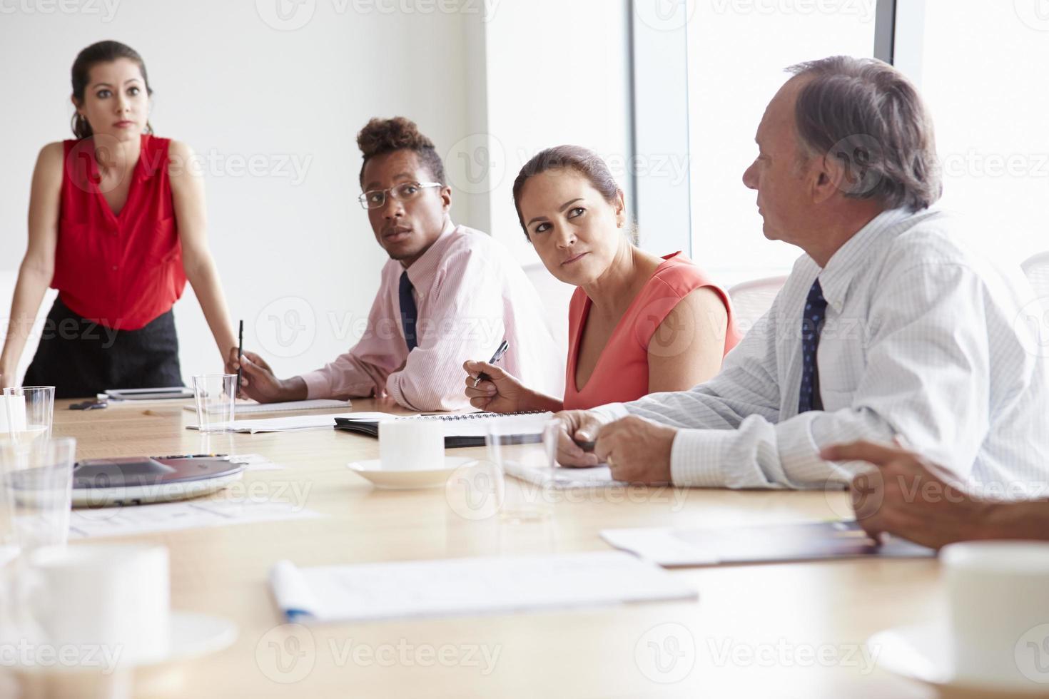 groupe de gens d'affaires réunis autour d'une table de réunion photo