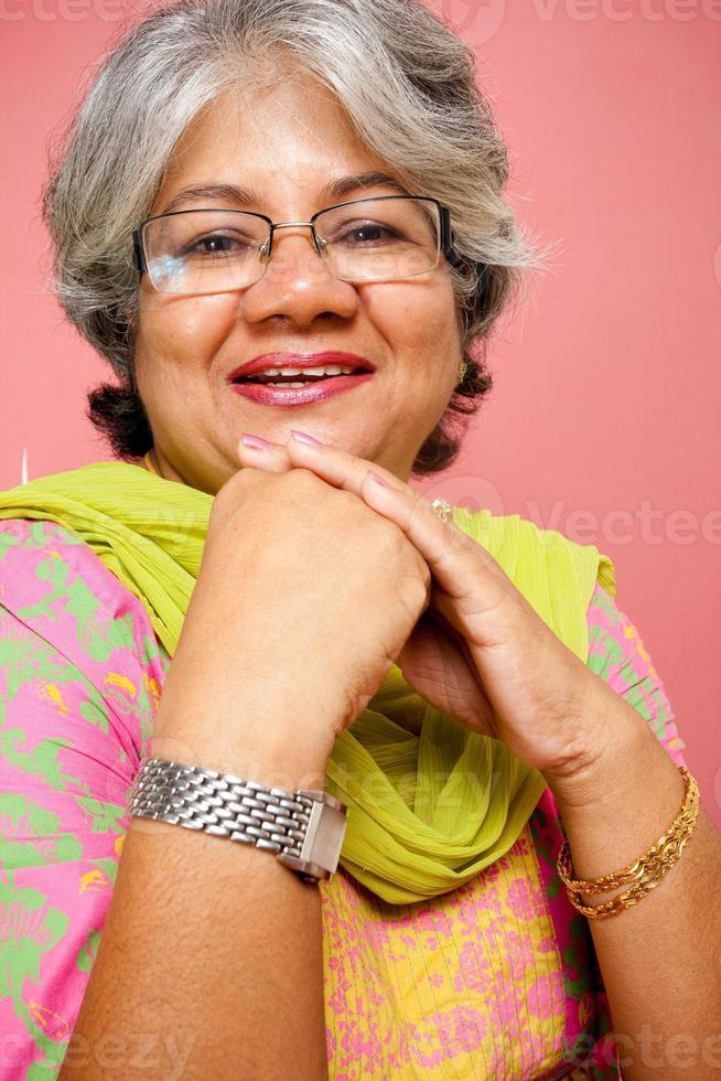 gai traditionnel indien attrayant mature adulte femme photo