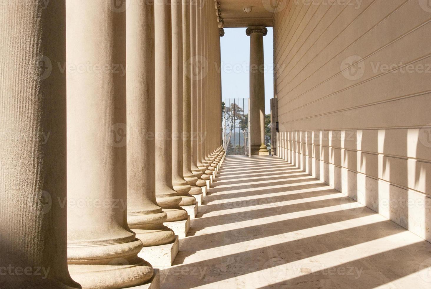 rangée de colonnes avec des ombres photo