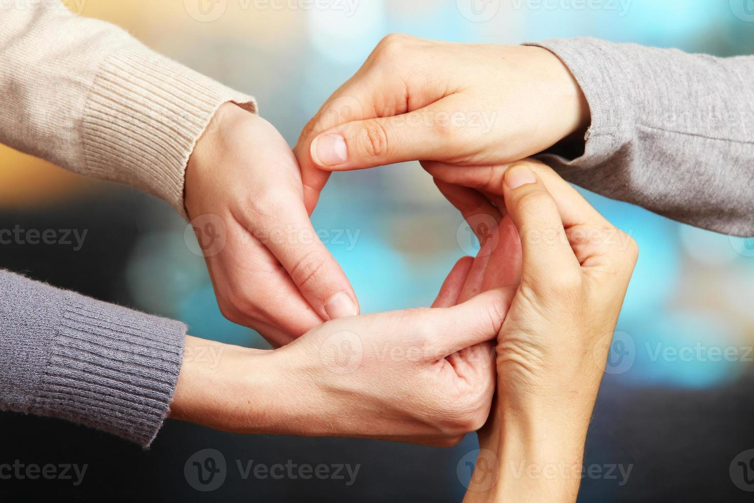 mains humaines sur fond clair photo