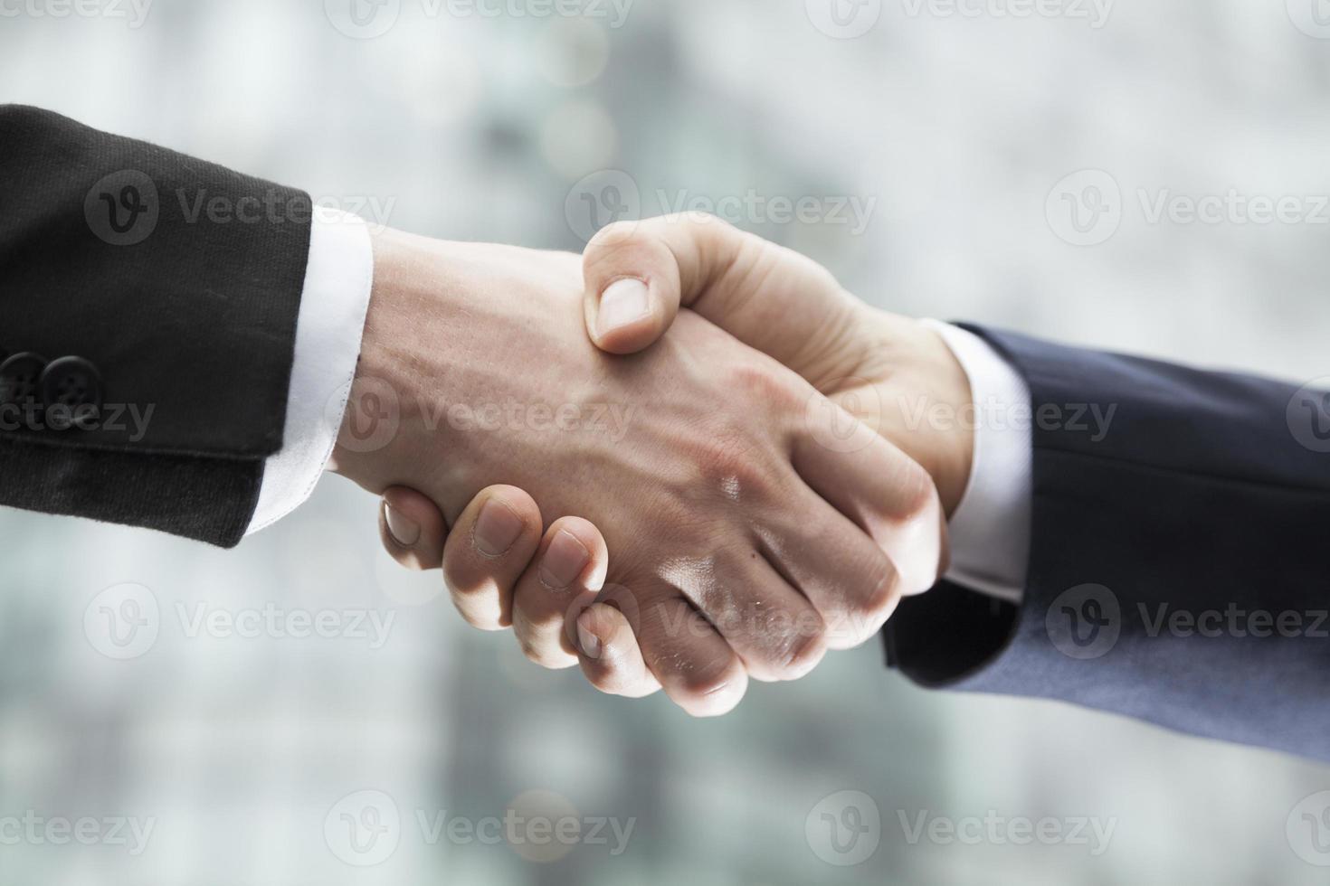 gros plan, deux, hommes affaires, serrer main photo