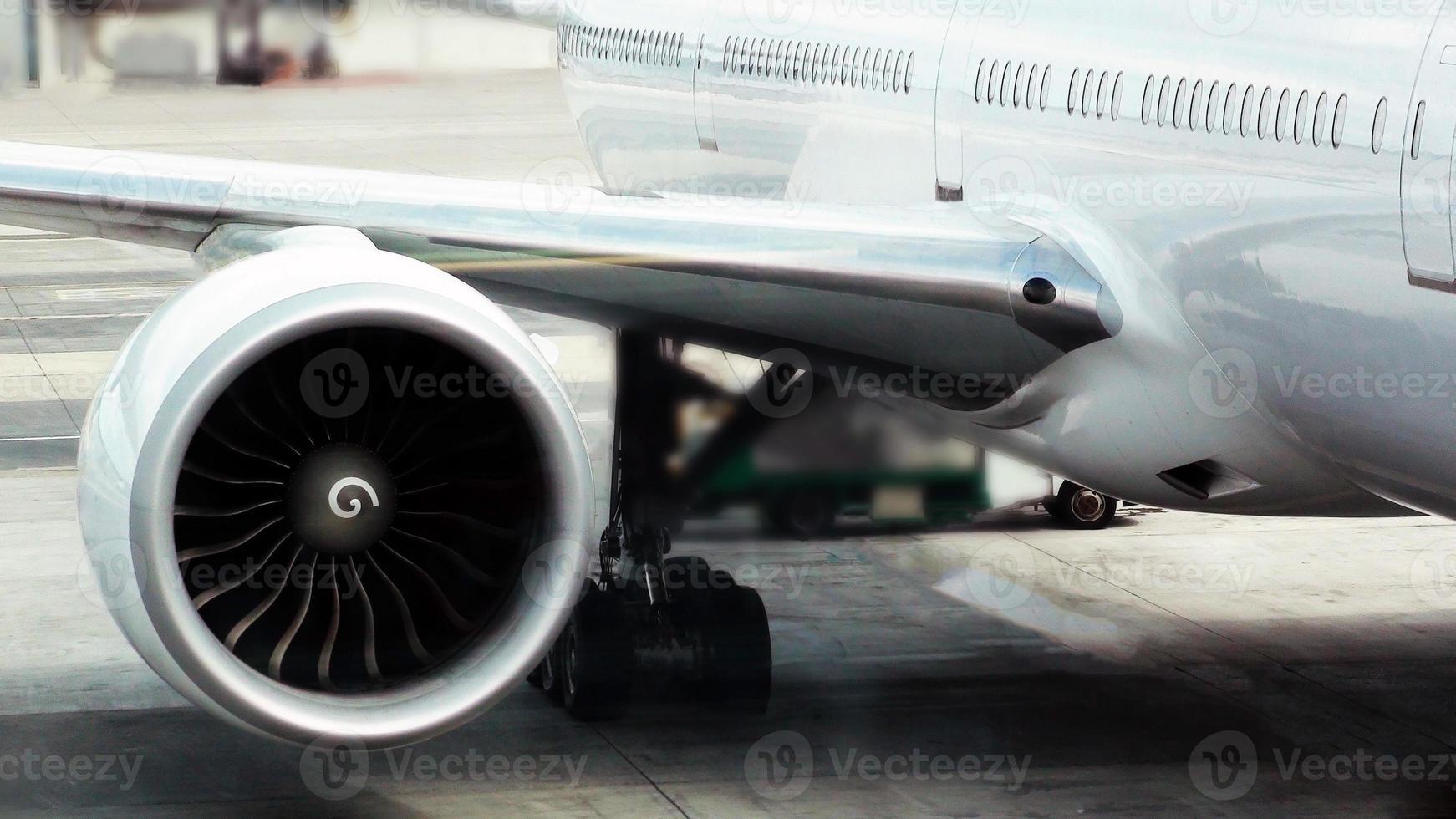 regardant très gros moteur à réaction photo