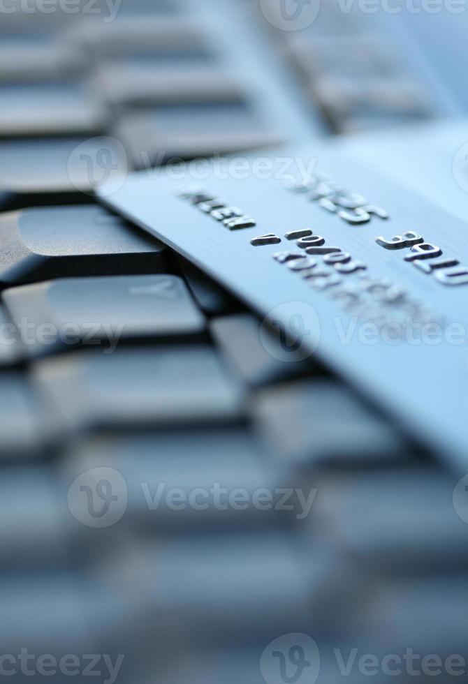 une carte de crédit portant sur un clavier photo
