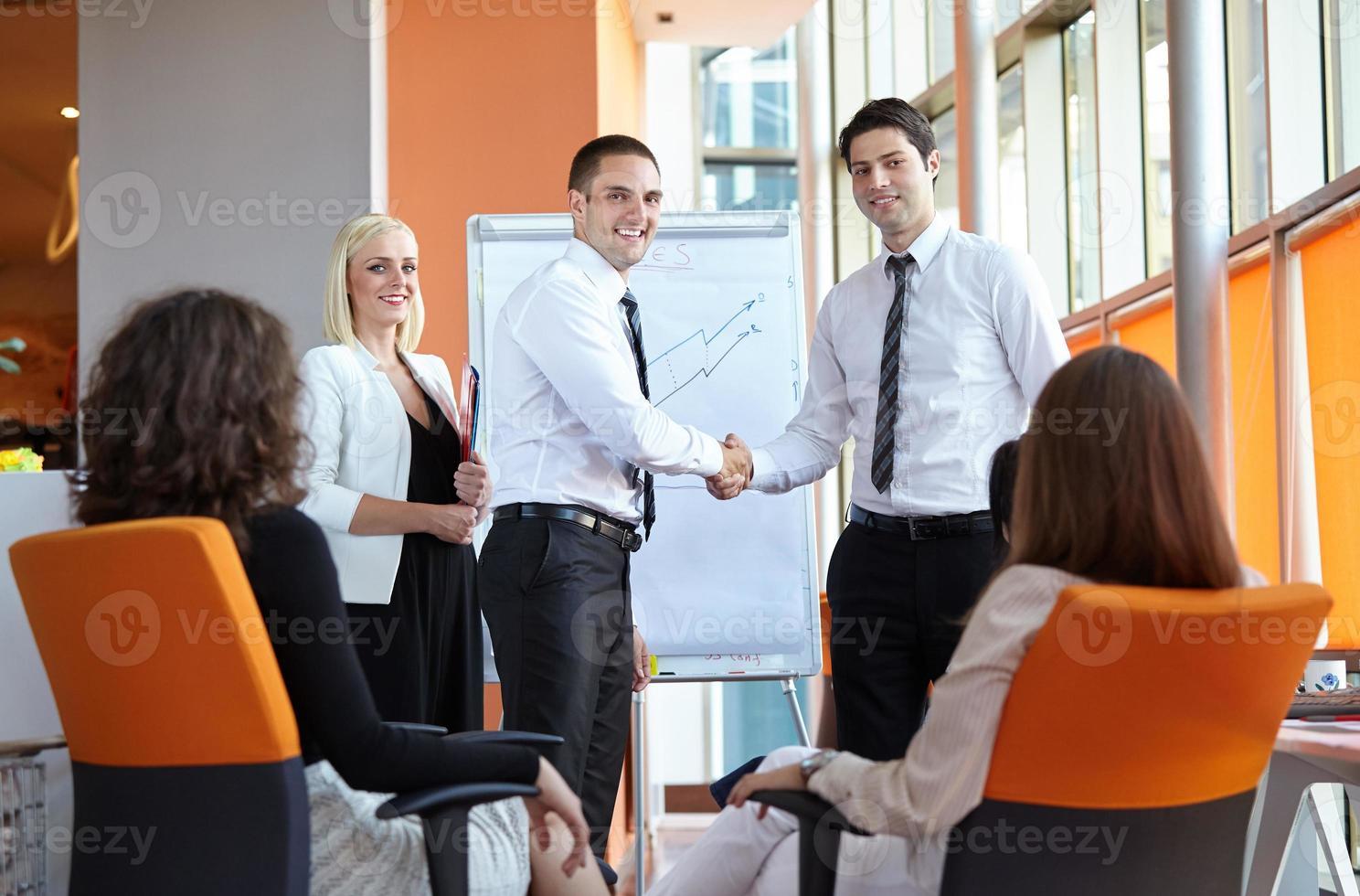homme d'affaires se serrant la main photo