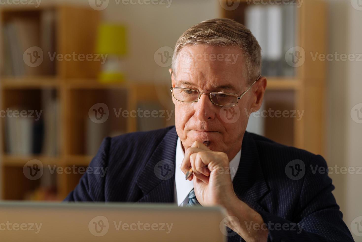homme d'affaires senior pensif photo