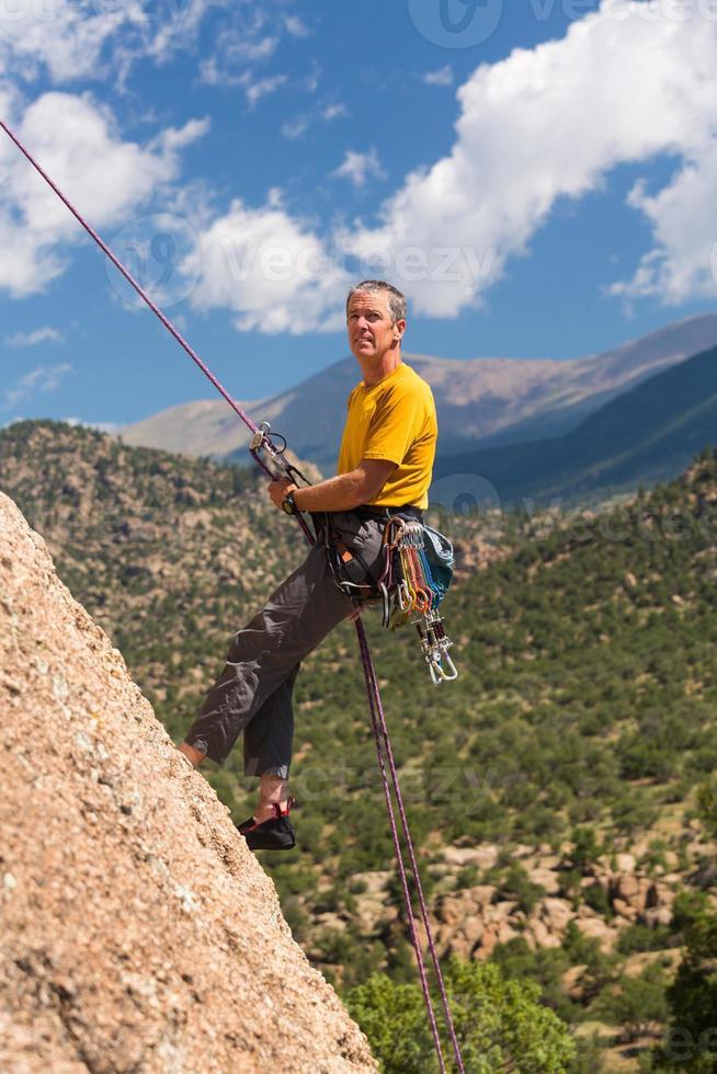 Senior homme en rappel au Colorado photo