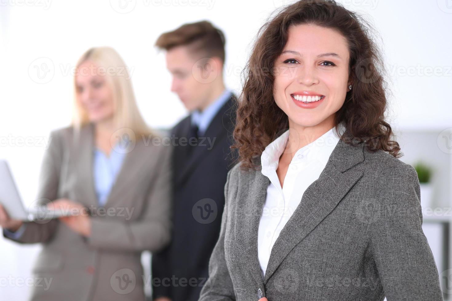 femme d'affaires brune sur le fond des gens d'affaires photo