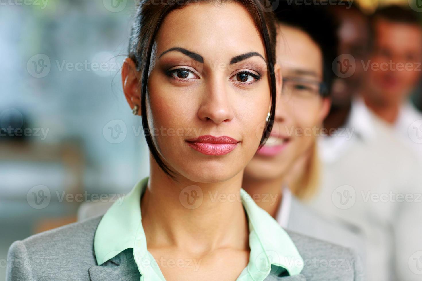 gens d'affaires au bureau alignés photo