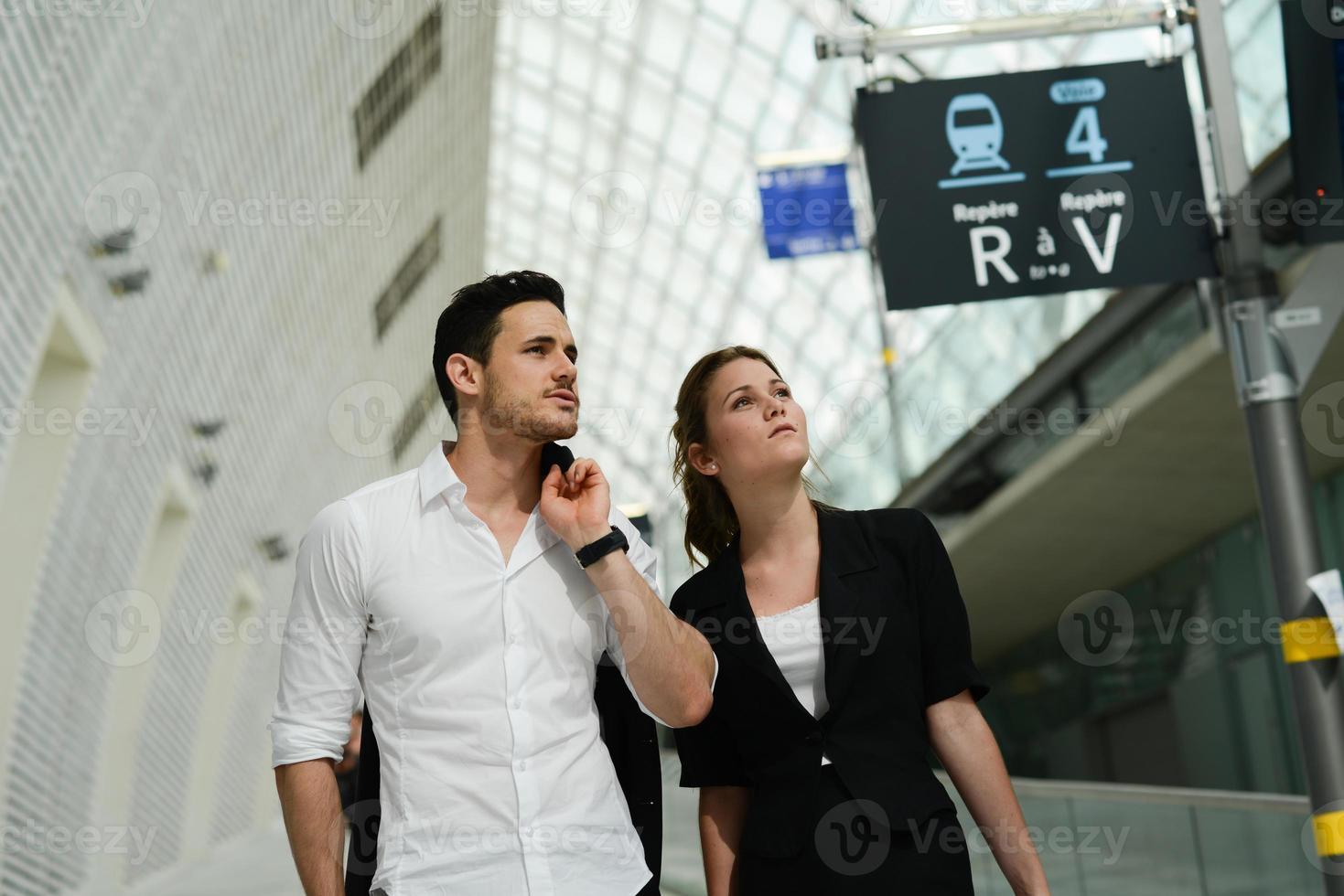 belles jeunes gens d'affaires en attente dans la station de transport public photo